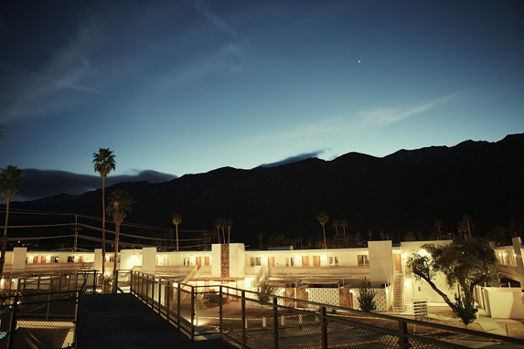 PSP-PHOTO_TOUR-hotel_and_desert_at_night_contrast_20130719_1613.png
